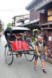 Takayama, Japon - 7ème l'août, de 2017 : Pousse-pousse traditionnel dans ville du ` s de Takayama la vieille où bâtiments très bi Photos libres de droits