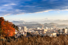 Takayama stad med Japan fjällängar & x28; snöbergrange& x29; bakgrund Royaltyfri Bild