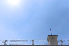 Takbyggnad och blå himmel i starkt solljus, uprisen vinkel tävlar royaltyfri foto