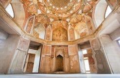 Takdesign och välvda väggar av den forntida slotten Arkivfoton