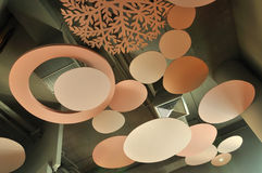 Takdesignen dekorerar och täcker ventilationssystemet Arkivfoton