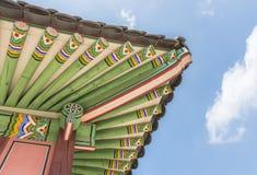 Takdetalj av den Gyeongbokgung slotten i Seoul Arkivbild