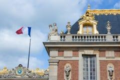 Takdetaljer med flaggan av slotten Versailles nära Paris, Frankrike Royaltyfri Bild