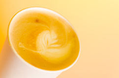 Take-utcappuccino arkivfoto