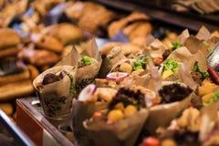 takeaway Conos de papel con la comida preparada Tienda del mercado fotos de archivo libres de regalías