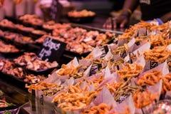 takeaway Crevettes roses, poulpe et calmar frits images libres de droits