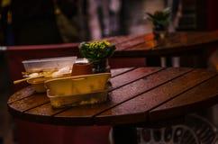 Takeaway d'imballaggio dopo il cibo a sinistra su una tavola del ristorante Fotografia Stock Libera da Diritti