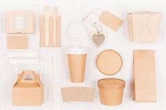 Takeaway förpacka för modellmat för kafét och restaurangen - hjärta, kartonger för kaffe, hamburgare, nudlar, smörgås, sushi arkivbilder
