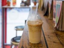 Takeaway kaffe i kafeteria royaltyfri fotografi