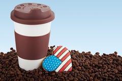Takeaway keramiska kopp- och kaffebönor på blå bakgrund Arkivbild