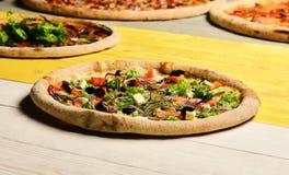 Takeaway mat med frasiga kanter Grekisk pizza med svarta oliv royaltyfri foto