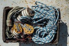 Takelung von Yachten in einem Kasten Stockfoto