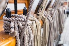 Takelungs-Seil oben gebunden an Bord des Schiffs Lizenzfreie Stockfotos