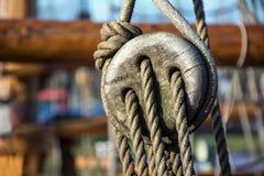 Takelungsdetail, Seile auf einem alten Schiff Stockfoto