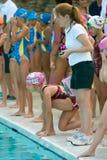 takes för simmare för relay för barnpos.race klara royaltyfria bilder