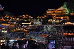 Taket överträffar på natten i gammal stad av Lijiang, Yunnan, Kina med traditionell kinesisk arkitektur arkivbilder