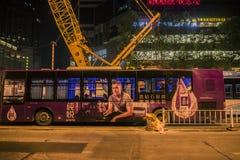 Taket av bussen verkar för att ha enorm en installerad stålbuss, nattsikten arkivfoto