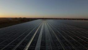 Taket av de enorma växthusen på solnedgången lager videofilmer