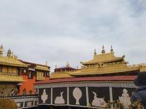 Taket av den Potala slotten dekoreras med guld för tunn film arkivfoton