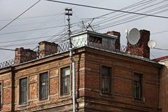 Taket av en gammal tegelstenbyggnad Arkivbilder