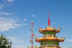 Taket av en kinesisk relikskrin med himlen i bakgrunden royaltyfria foton