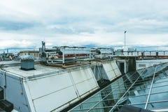 Taket av en modern byggnad, glass tak och ett ventilationssystem Royaltyfria Foton