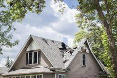 Taket av ett gammalt hus brände och caved in Arkivfoton
