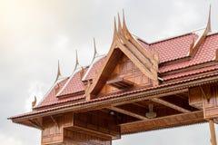 Taket av ett thailändskt trähus med molniga himlar Arkivbilder