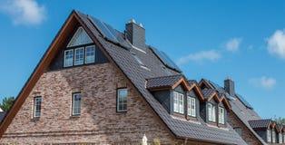 Taket av huset med det trevliga fönstret!!! Arkivbild