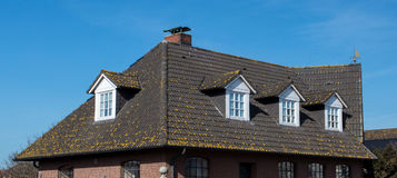 Taket av huset med det trevliga fönstret!! Royaltyfri Bild