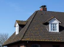 Taket av huset med det trevliga fönstret!!! Fotografering för Bildbyråer