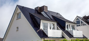 Taket av huset med det trevliga fönstret Royaltyfri Bild