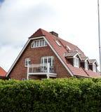 Taket av huset med det trevliga fönstret Arkivbild
