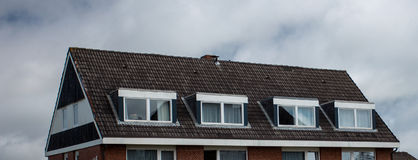 Taket av huset med det trevliga fönstret Royaltyfri Foto