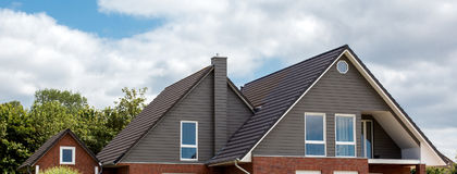 Taket av huset med det trevliga fönstret Arkivfoton