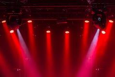 Taket av konsertetappen med röda och vita strålkastare på etapplantgården Royaltyfri Fotografi