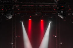 Taket av konsertetappen med röda och vita strålkastare på etapplantgården Arkivfoto