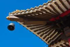Taket av slotten för gammal stil med en metallklocka Royaltyfri Foto