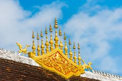 Taket av templet Wat Siengthon i Luang Prabang, Laos Närbild Royaltyfri Foto