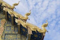 Taket av Wat Rong Sua Ten på Chiang Rai, Thailand - buddist royaltyfri fotografi