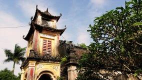 Taket för den forntida templet är tyst mossa i mitt av sommarmiddagen arkivbilder