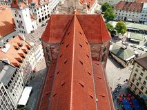 Taket för röd tegelplatta av Alter Peter, Munich royaltyfri fotografi