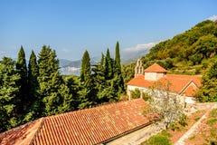 Taket för röd tegelplatta av kyrkan för helig Treenighet Praskvica Monaster Arkivfoto