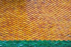 Taket göras från ett ark av åtskilliga små tegelplattor staplade ark Royaltyfri Fotografi