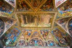 Taket i ett av rummen av Raphael i Vaticanenmuseet Royaltyfri Foto
