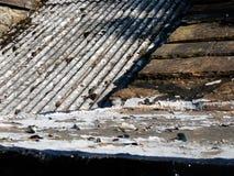 Taket kritiserar på en gammal stugatextur och modell Arkivbilder