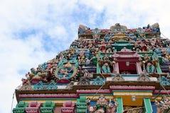 Taket med många stuckatur på templet av Hinduism och Brahmanism fotografering för bildbyråer