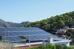 Taket med solpaneler fragmenterar under solig blå himmel Arkivbilder