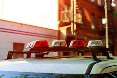 Taket monterade den ljusa stången av den nöd- polisbilen royaltyfria bilder