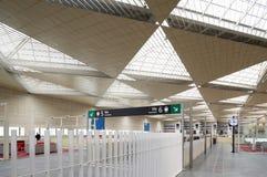 Järnvägen posterar korridoren och stiga ombord område. Royaltyfri Fotografi